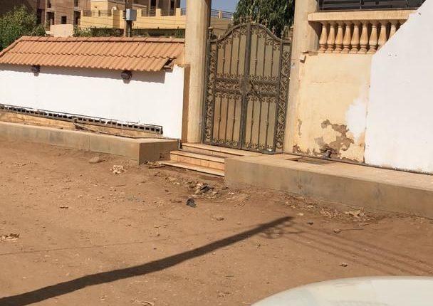 السودان: مالك قناة تلفزيونية يشرع في محو عبارات مسيئة من على جدران منزله