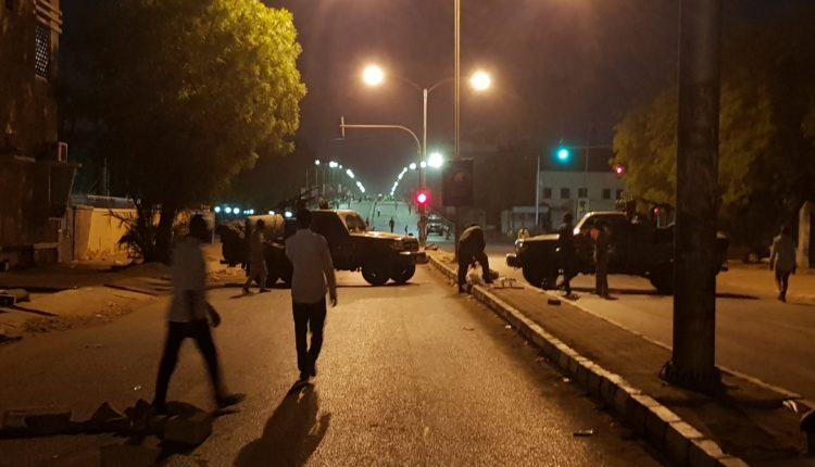 تأجيل اجتماعات المجلس العسكري ولجنة مشتركة لإزالة المتاريس من الشوارع الرئيسية