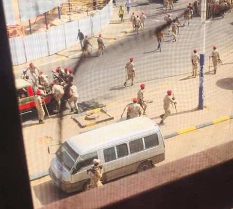 ( ٨ ) جرحى في إطلاق رصاص بمحيط القيادة و(الدعم السريع) يمنع المواطنين من التصوير